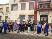 La plantilla contratada en Gelves por el plan de empleo joven protesta en el Consistorio y teme no cobrar abril