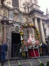 Varios centenares de personas rinden su ofrenda floral a la Patrona de Murcia