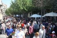 Miles de gerundenses inundan la ciudad en busca de libros y rosas