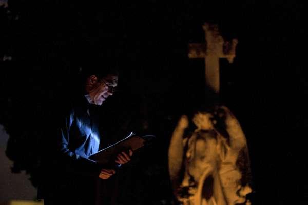 El escritor Carlos Garrido organiza un espectáculo nocturno en el cementerio de Palma