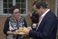 Bono respalda la candidatura de Salinas en Cabanillas (Guadalajara), donde ha conocido la tradición de invitar a dulces