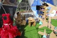 Una exposición internacional muestra este domingo 13 vestidos realizados con material reciclado
