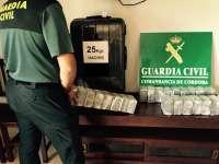 Detenido un vecino de Málaga en Lucena cuando portaba en una maleta 25 kilos de hachís