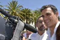 Pedro Sánchez pasea por las calles de Ayamonte entre una multitud de y habla en inglés con unos turistas