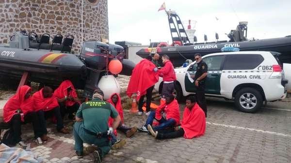 La Guardia Civil rescata a 11 inmigrantes cuando intentaban llegar a Ceuta en una patera robada horas antes en la ciudad