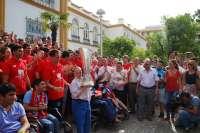 El Sevilla FC realiza su primera parada con la copa de la Europa League en el hospital de San Juan de Dios