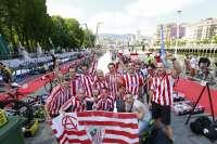 Los participantes en el Bilbao Triathlon apoyan al Athletic