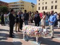 El centro de Badajoz se llena de esculturas de cerdos decoradas por artistas extremeños
