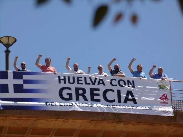 Izquierda Unida y el PCA despliegan en Huelva una pancarta de apoyo al pueblo griego