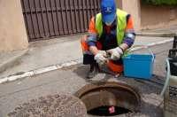 El Servicio de Control de Plagas de Sadeco aplica un tratamiento novedoso contra cucarachas en alcantarillas
