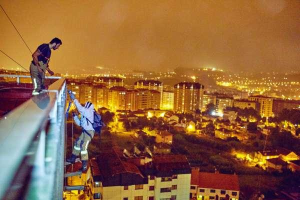 Bomberos de Vigo retiran mediante descenso a rápel un nido de avispas ubicado en una cornisa del 15 andar de un edificio