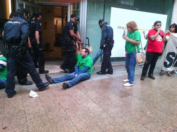 Miembros de la pah vuelven a ser desalojados de una for Oficinas liberbank santander