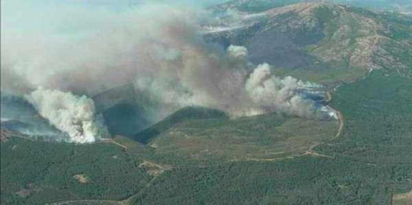 Medios aéreos y terrestres de Castilla-La Mancha trabajan para sofocar las llamas en la Sierra de Gata