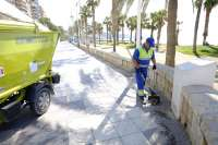 Limasa recoge en la playa 325.520 kilos de basura en julio, el doble que en el mismo mes de 2014