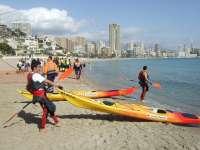 Voluntariado de Cruz Roja realiza vigilancia ambiental en el mar a bordo de kayaks