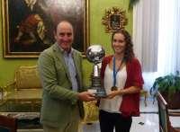 Granada recibe a la campeona del mundo de vela, María Jesús Dávila,