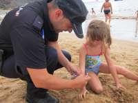 Padres creen que el reparto de pulseras para niños en las playas es