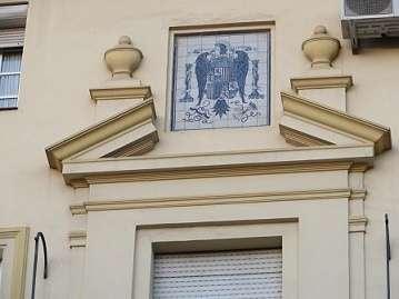 IU pide aprovechar la mejora del mercado del Arenal para retirar de su fachada un escudo franquista