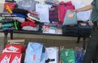 La Guardia Civil interviene un centenar de prendas falsificadas en el mercadillo de Puebla de Sancho Pérez