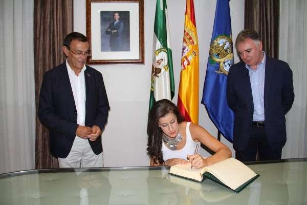 Carolina Marín recibe el cariño de todos los onubenses en la recepción en la Diputación