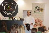 El chef Mario Sandoval cocina en vivo en FIAL con cordero, pimentón, aceite y quesos de las denominaciones extremeñas