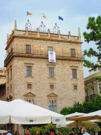 Generalitat, Diputación y ayuntamientos despliegan pancartas blancas en sus fachadas contra la pobreza