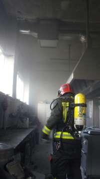 Bomberos del 112 sofocan un incendio en la cocina del colegio Castañal de Selaya