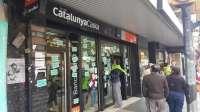 Protesta ante una sucursal bancaria por el traspaso de tres hipotecas en conflicto a un