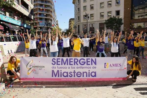Decenas de personas bailan en Valencia en un 'flashmob' en apoyo a los enfermos de miastenia
