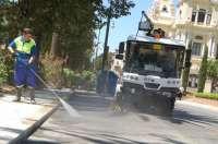 Trabajadores de Limasa entregan un dosier en el que defienden la municipalización del servicio de limpieza