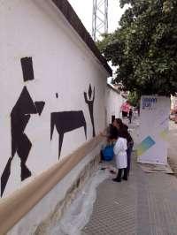 Alumnos del taller Urban Sur de artes plásticas decoran la fachada del Estadio San Eulogio