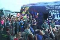 Aficionados del Barça y del Villanovense esperan al equipo azulgrana en el aeropuerto de Badajoz