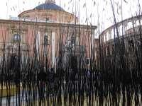 La artista Monique Bastiaans cubre la Plaza de la Virgen con una ofrenda de espigas a la cultura