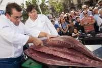 El II Congreso Cocinart comienza con el ronqueo de un atún en la plaza Baldomero Iglesias
