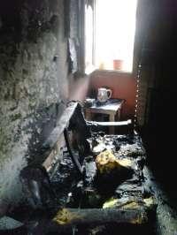 Los bomberos rescatan a una mujer de un incendio en su vivienda, en Lituénigo