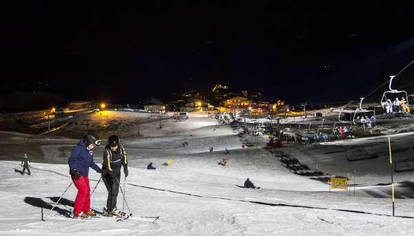 Turismo.- Sierra Nevada vuelve a iluminar Borreguiles en un nuevo sábado de esquí ininterrumpido