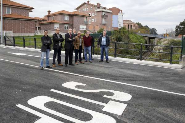 Inaugurada la mejora del puente que permite el tráfico rodado sobre la línea de Feve