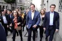 Rajoy se da un baño de multitudes en el centro de Vigo, donde se convierte en protagonista de decenas de 'selfies'
