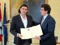 El poeta leonés Antonio Manilla recibe el Premio 'Ciudad de Salamanca' por su obra 'En Lugar en Mí'