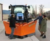 Biescas cuenca con una nueva cuña quitanieves hidráulica para el mantenimiento invernal de carreteras