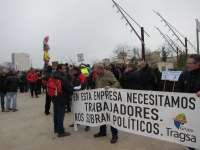 Trabajadores de Tragsa se concentran ante las Cortes para exigir la readmisión de los empleados despedidos