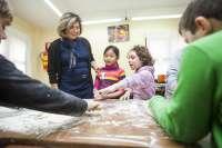 El Ayuntamiento organiza cuatro talleres de alimentación y cocina saludable con la participación de 100 niños