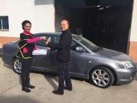 La alcaldesa de Gibraleón entrega las llaves del coche oficial subastado a su nuevo propietario