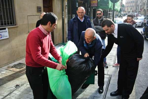 Los establecimientos hosteleros de la Plaza de las Flores y alrededores estrenan un servicio de recogida de residuos