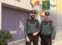 Dos guardias civiles asisten a un turista de 73 años que había sufrido un infarto