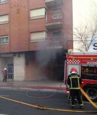 Un coche y una moto quedan calcinados en el incendio de un garaje comunitario