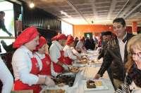 Más de 800 comensales participan en la fiesta gastronómica de 'Las coles con buche' de Arroyo de la Luz