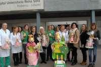 El Hospital Reina Sofía entrega a niños con cáncer muñecos para