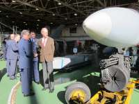 El ministro de Defensa se muestra