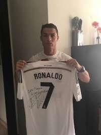 a410871d9e180 Cristiano Ronaldo dona una camiseta firmada para su subasta a favor de Leo